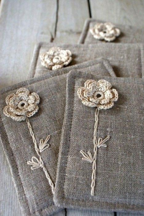 Flor de crochê aplicada em tecido de juta