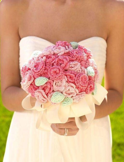 Buquê de casamento feito com flores de crochê coloridas