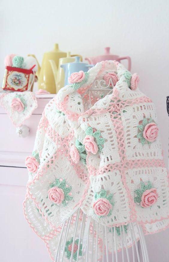 Capa de crochê com flores rosas