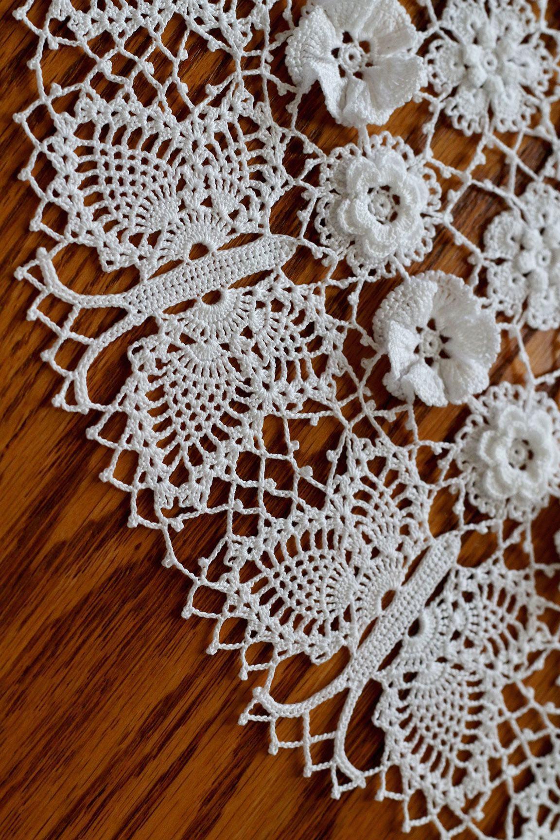 Flores brancas de crochê em toalha