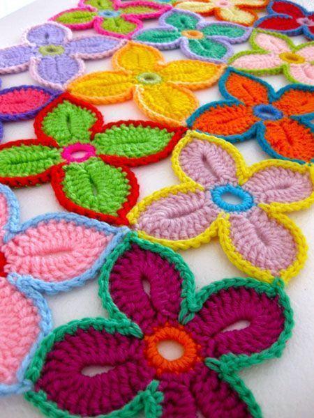 Flores de crochê com quadro pétalas
