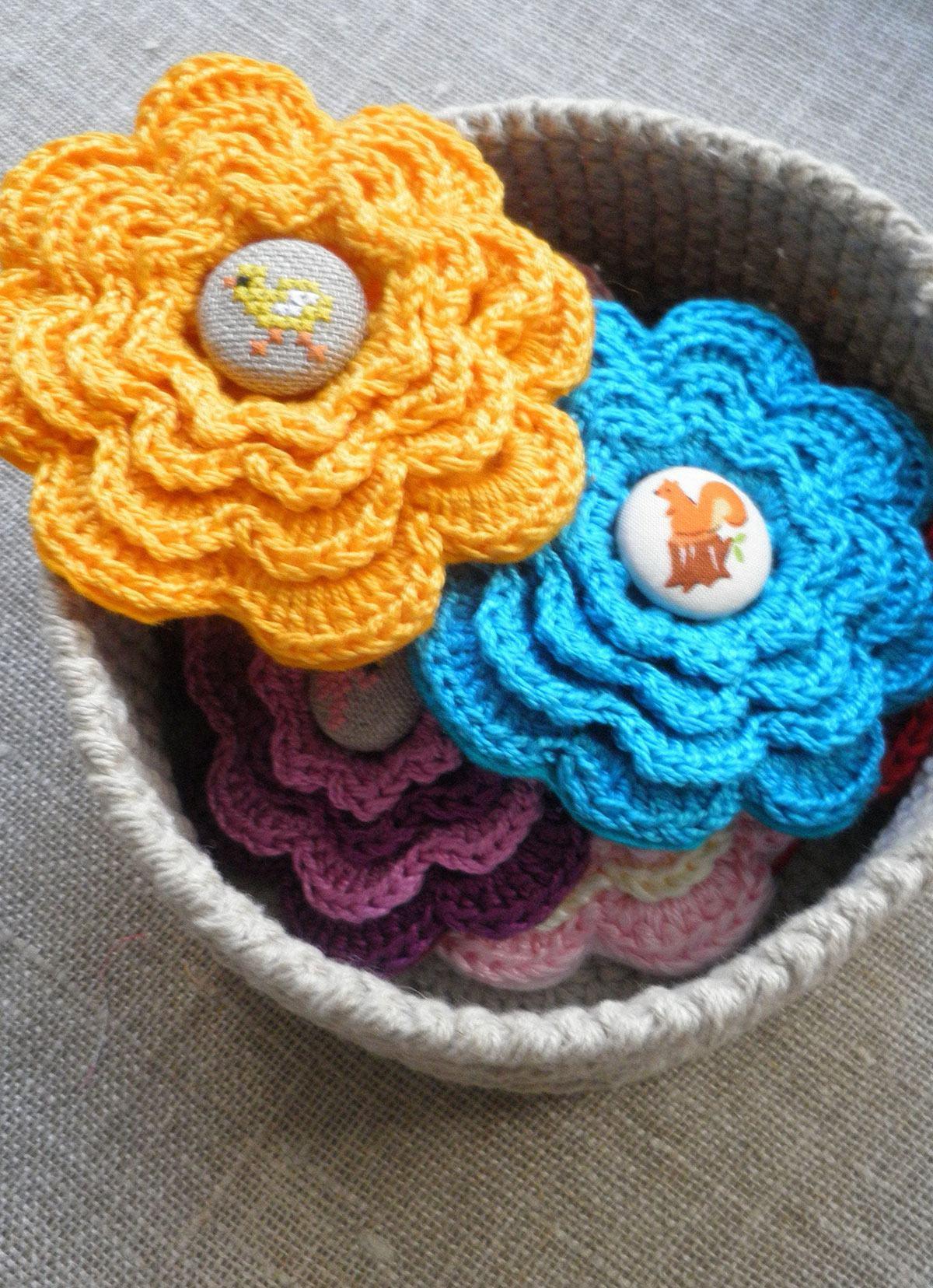 Inove utilizando o botão de tecido na flor de crochê