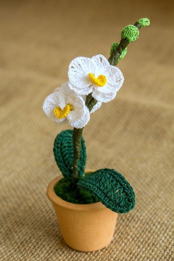 Pequeno vaso de planta feito em crochê
