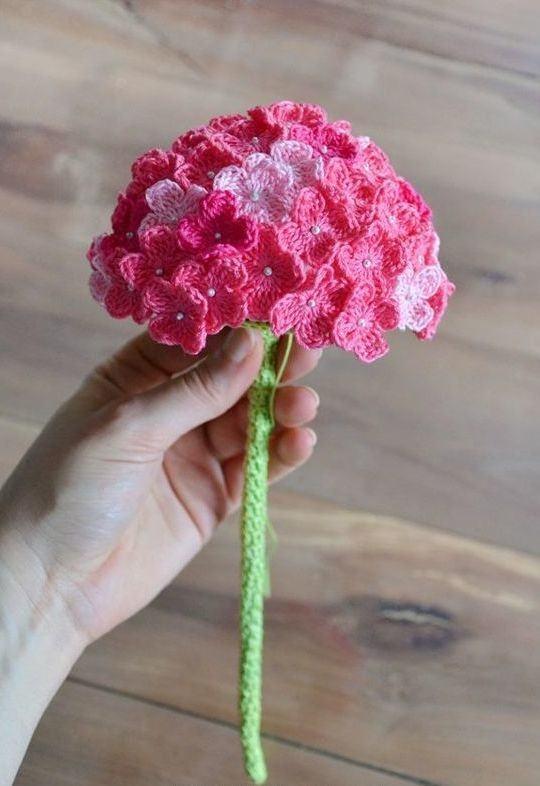 Buquê com flores rosas em crochê