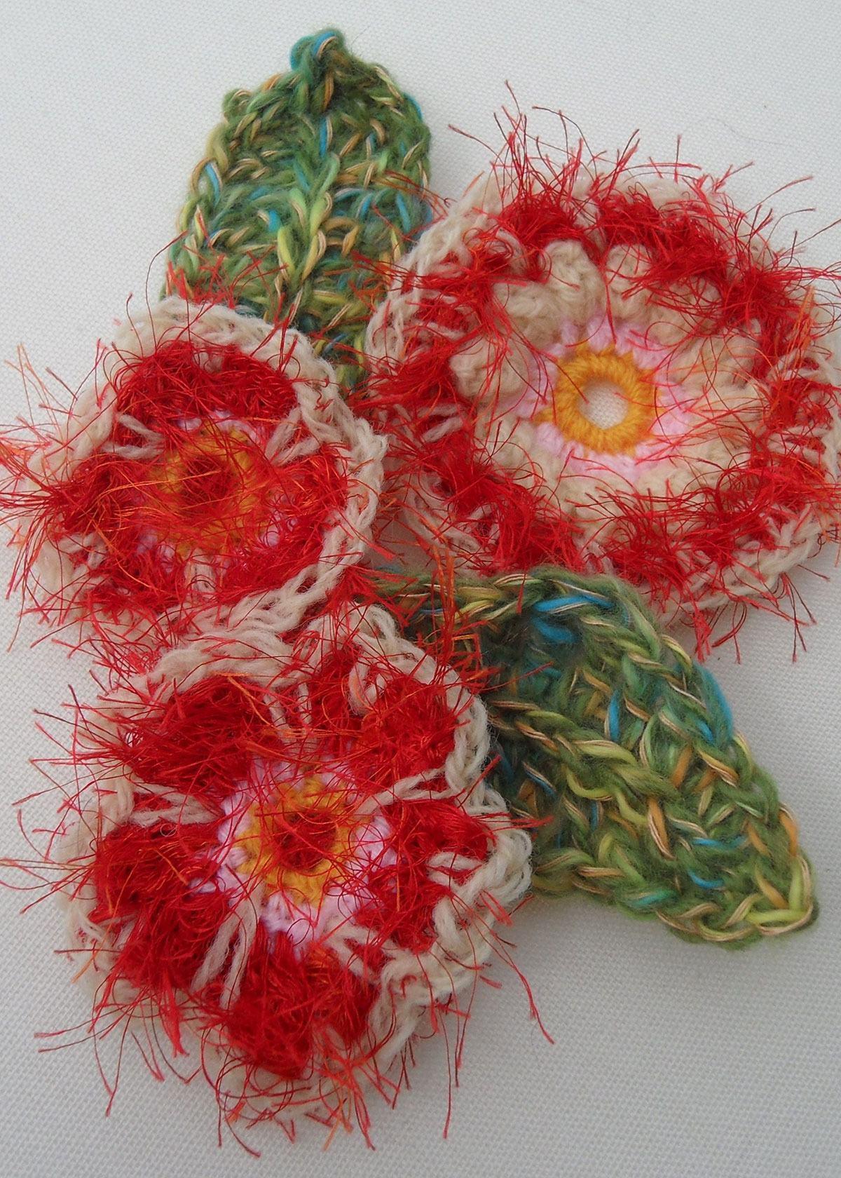 Flores de crochê com fiapos de tecido