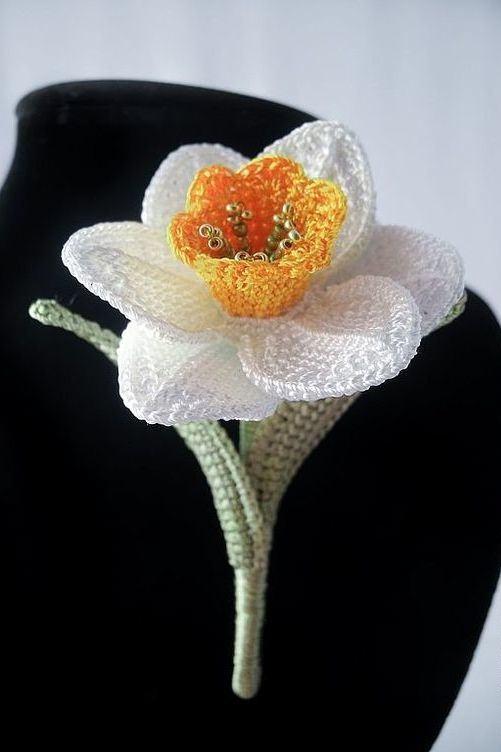 Flor de crochê com pétalas brancas