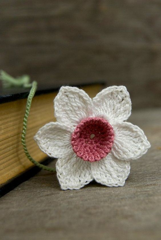 Marcador de livro com flor branca