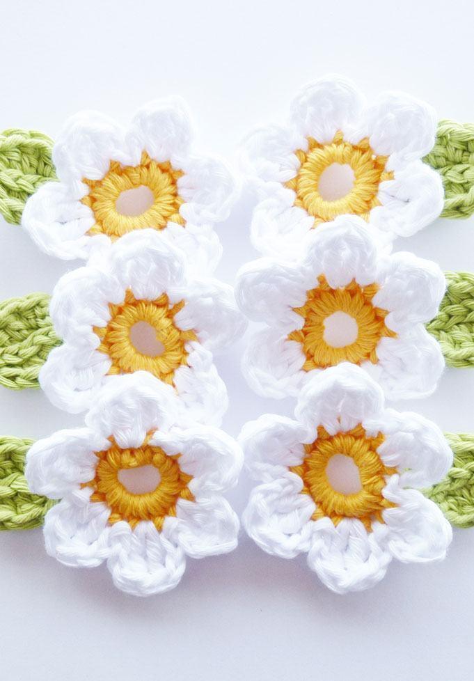 Flores de crochê brancas com centro amarelado