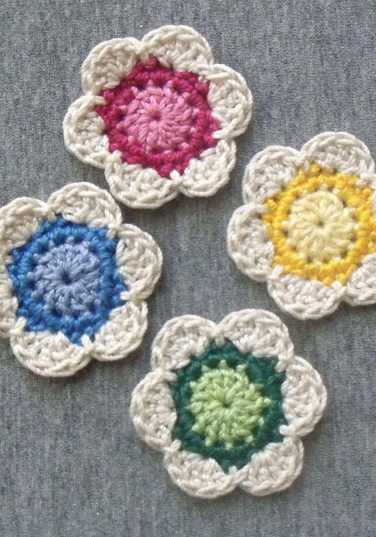 Flores com barbante branco e miolo colorido