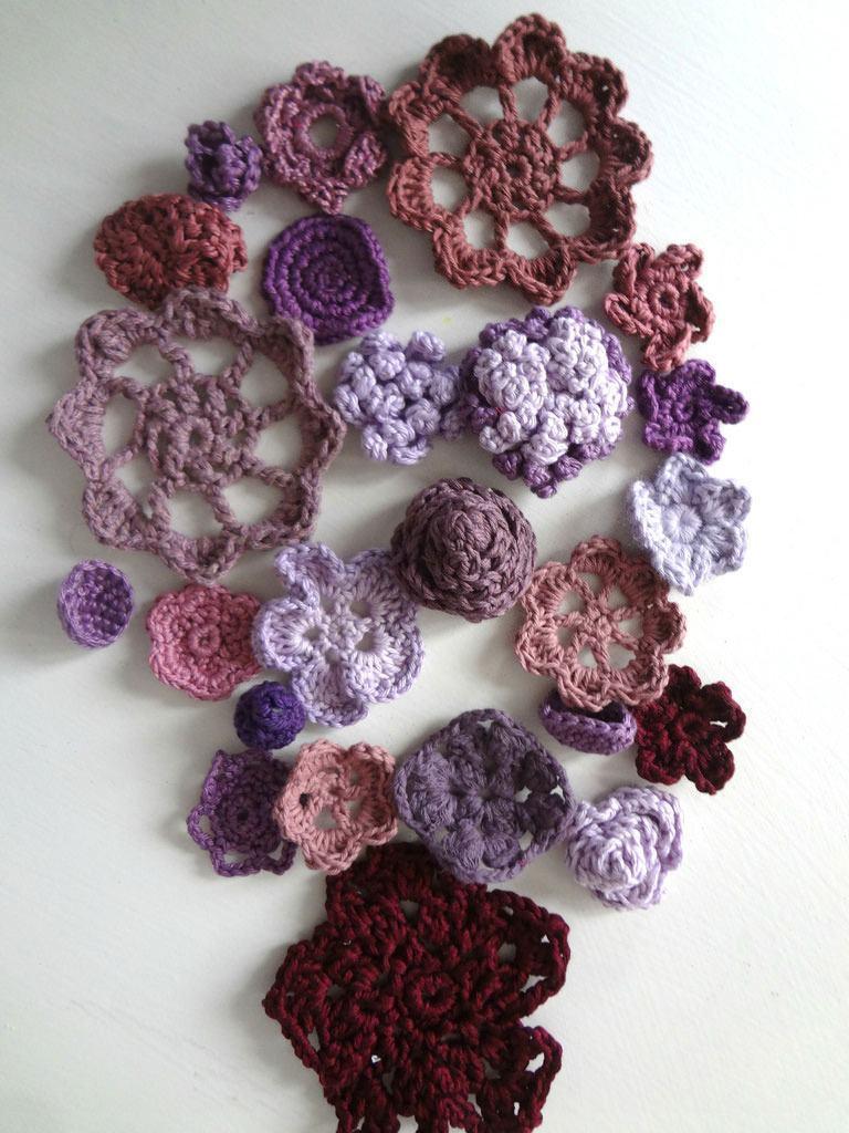 Diferente desenhos e possibilidades de tamanhos para as flores de crochê