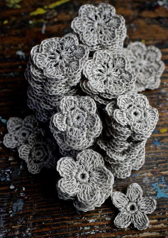 Modelo de flor de crochê com barbante cinza