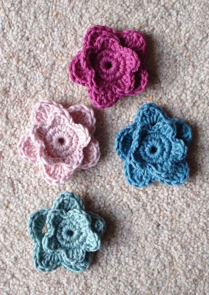 Flores de crochê coloridas com duas camadas