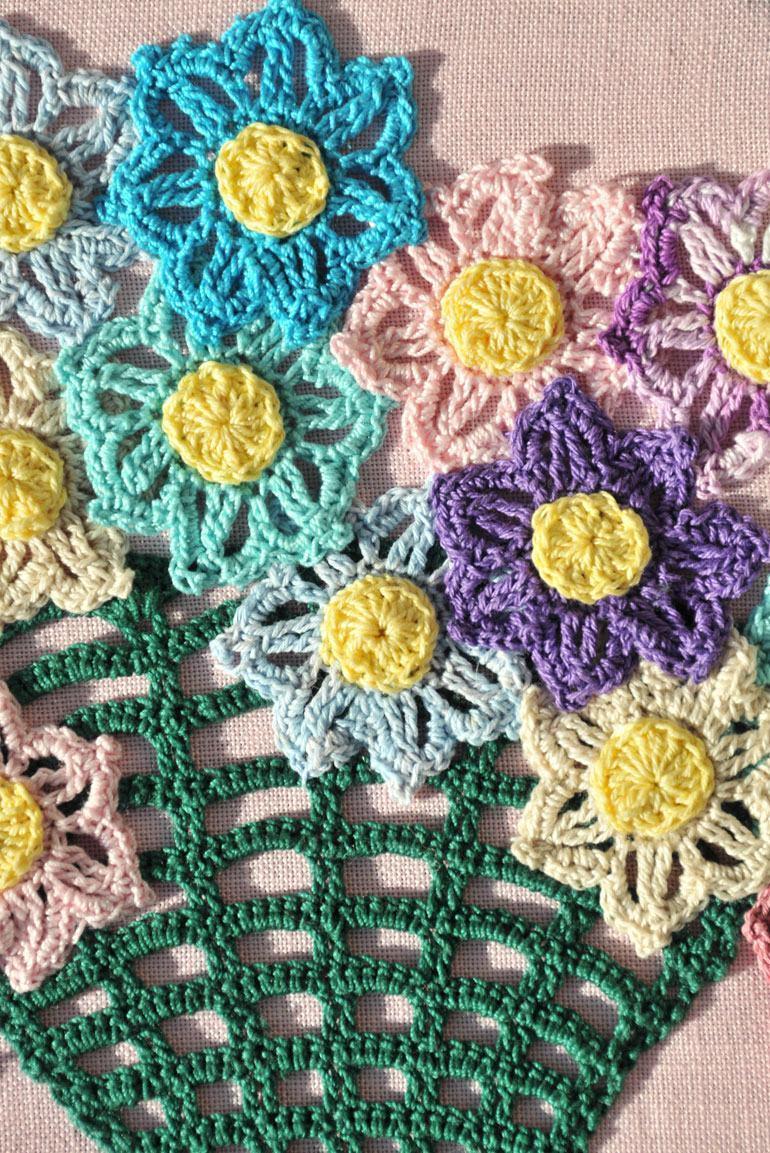 Flores coloridas de crochê na toalha