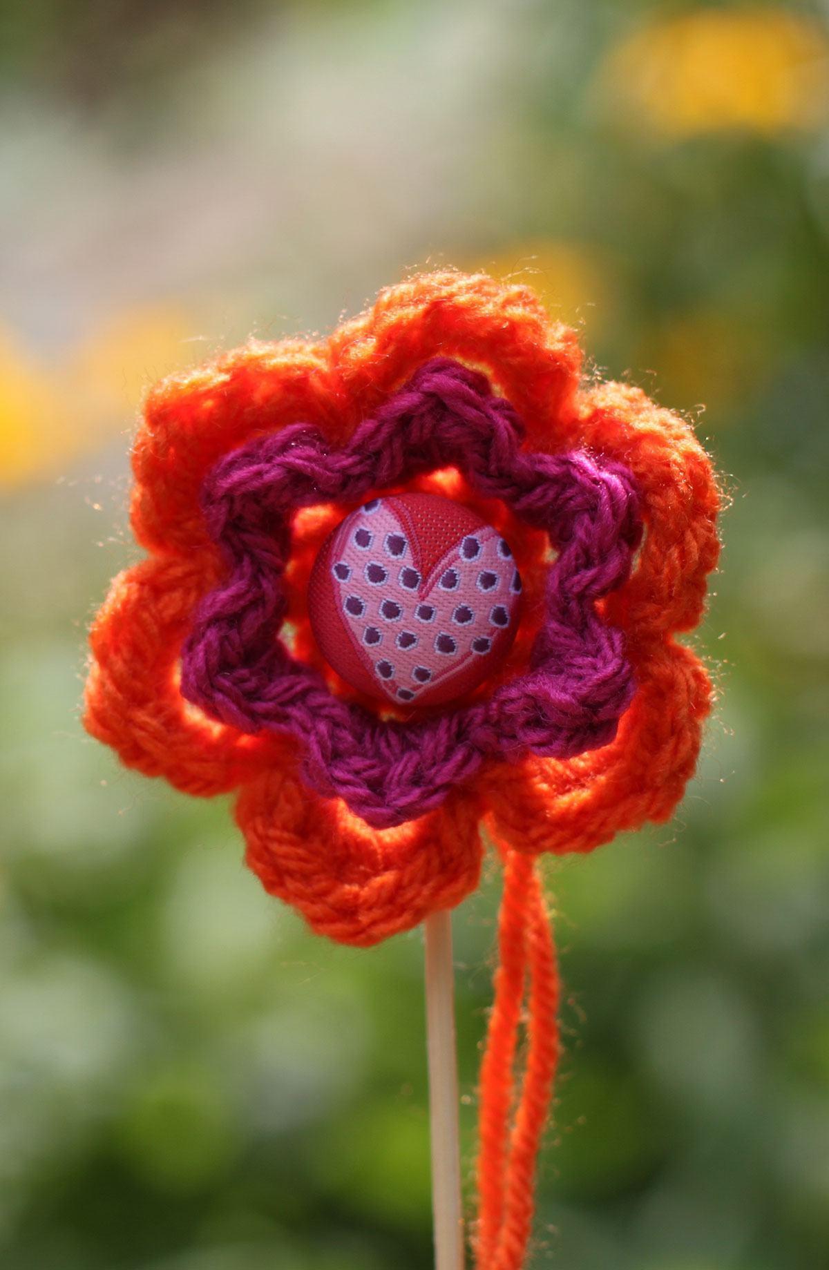 Linda flor de crochê grande com botão no centro