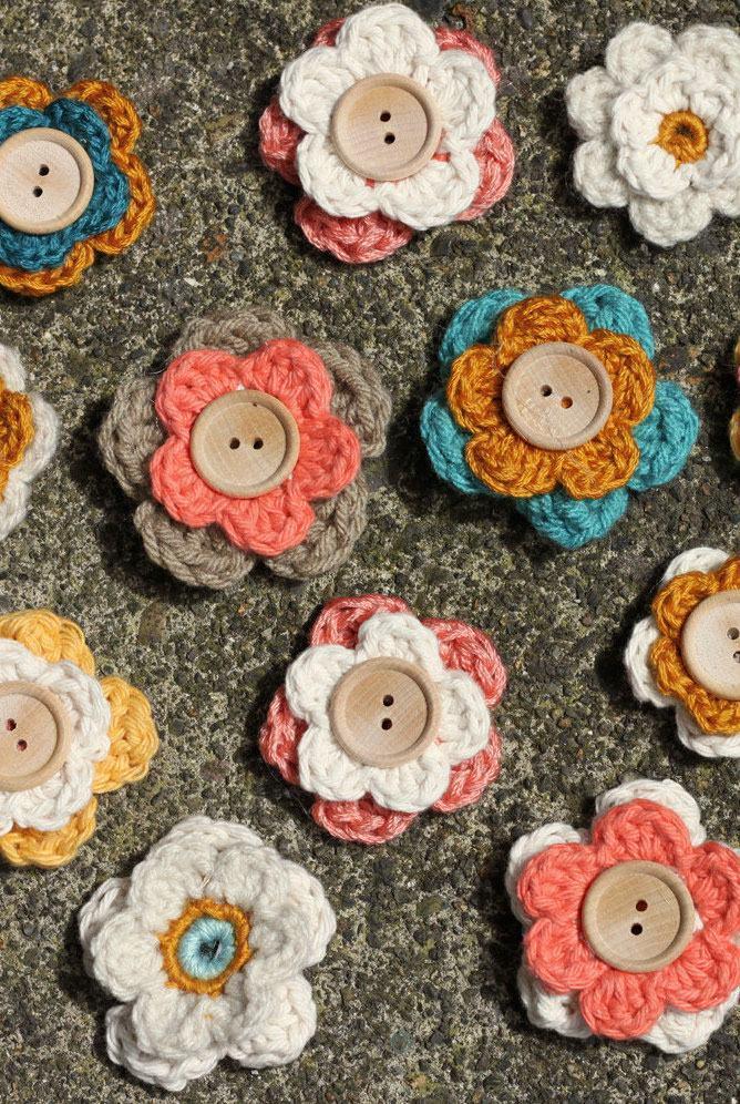 Flores de crochê com três cores diferentes e botão