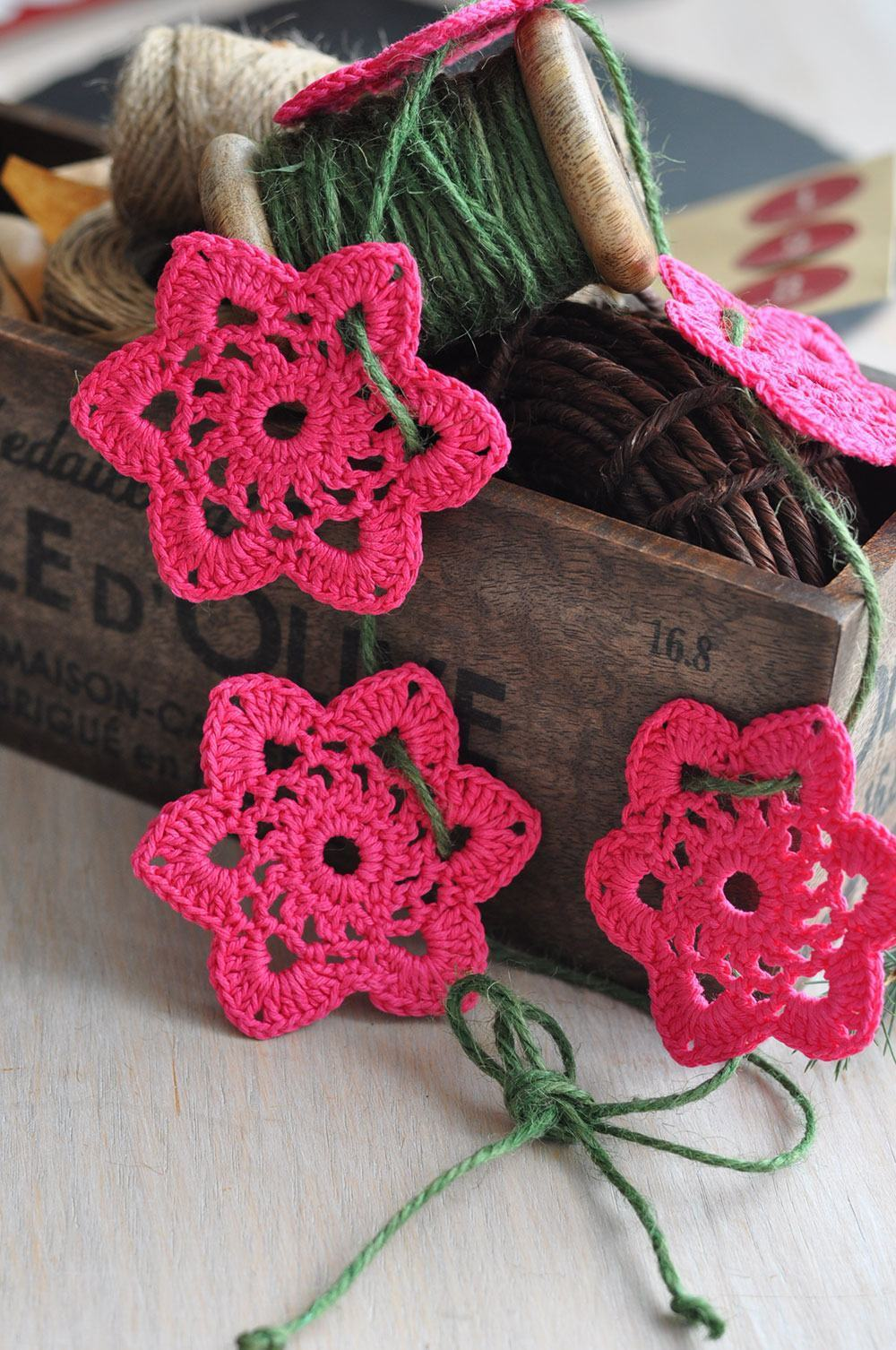 Flores de crochê unidas por barbantes
