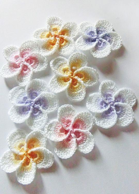 Flores feitas com barbantes finos em crochê