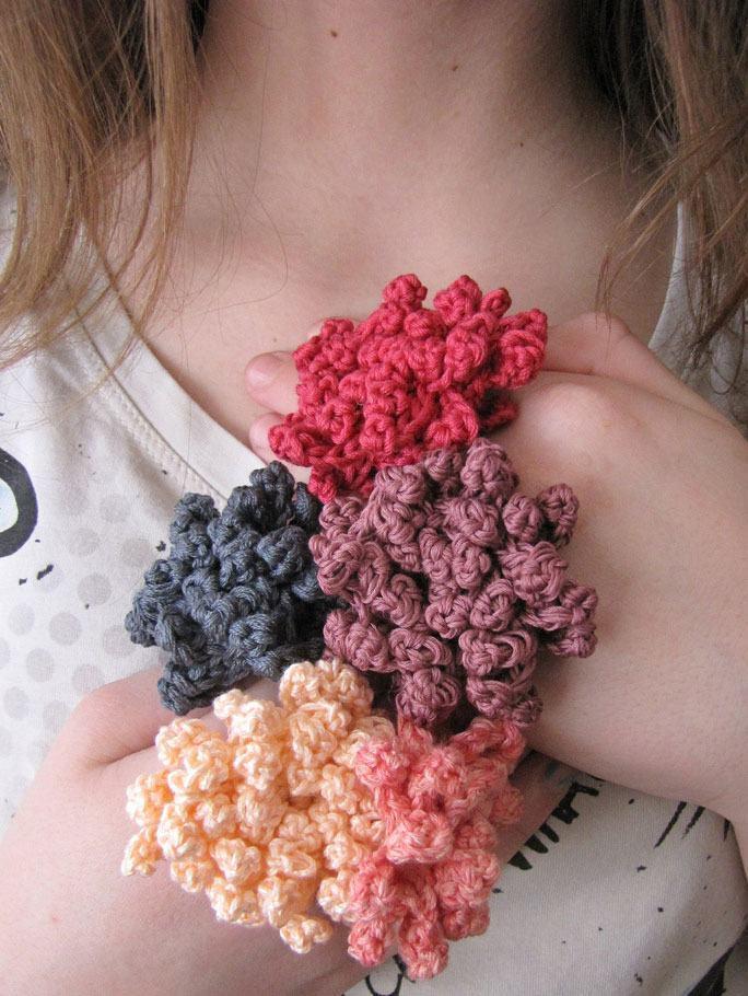 Anéis diferenciados com flores de crochê
