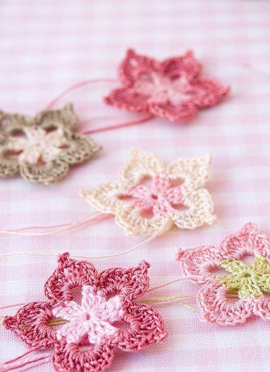 Flores de crochê delicadas com tons suaves de cor