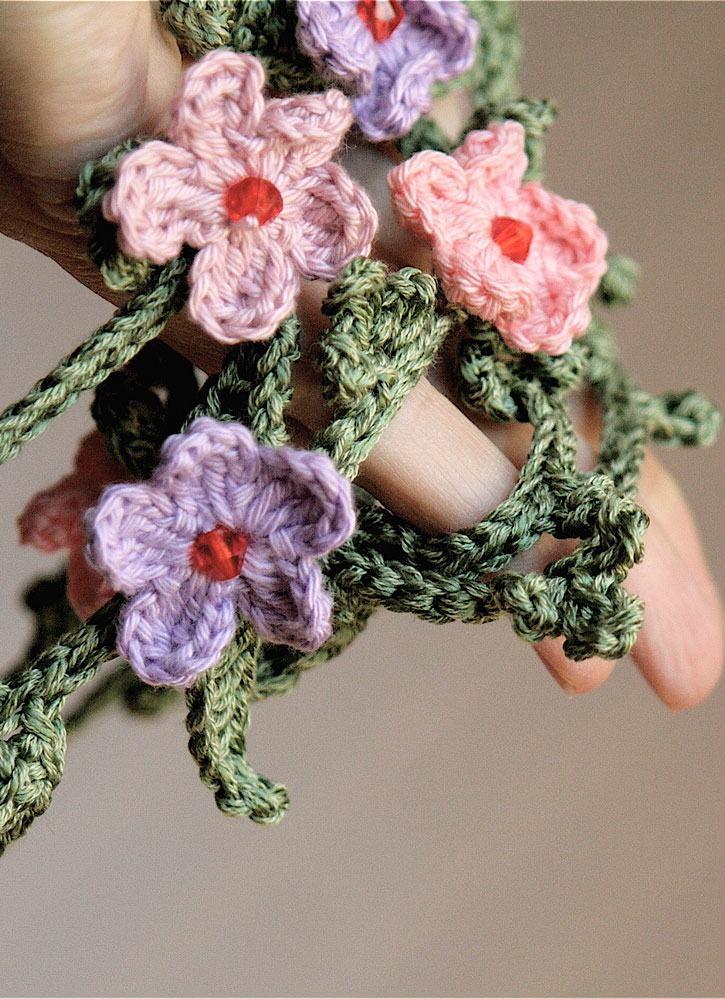 Flores de crochê unidas por correntinhas