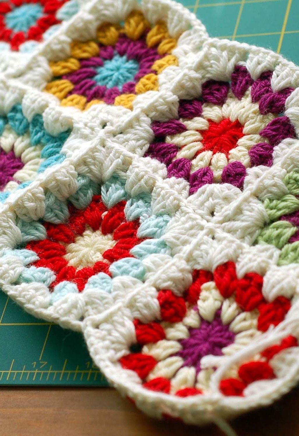 Quadrados de crochê com linhas coloridas