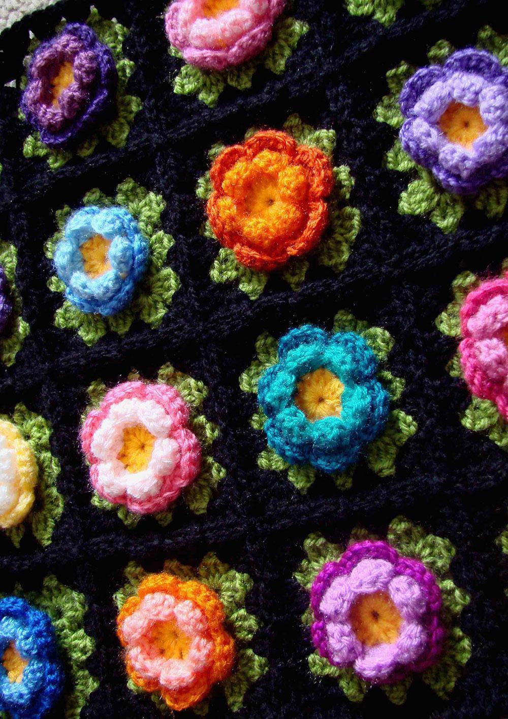 Flores coloridas em crochê preto