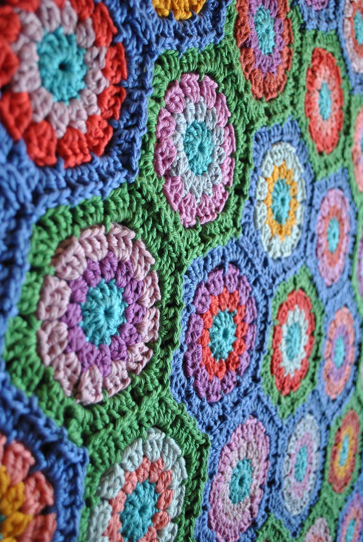 Flores unidas por barbantes coloridos de crochê