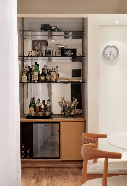 Parede espelhada com espaço para o bar
