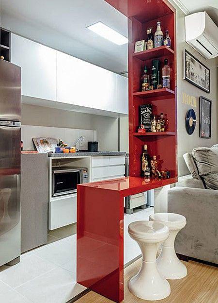Que tal aproveitar a cozinha americana para montar o bar com algumas prateleiras?