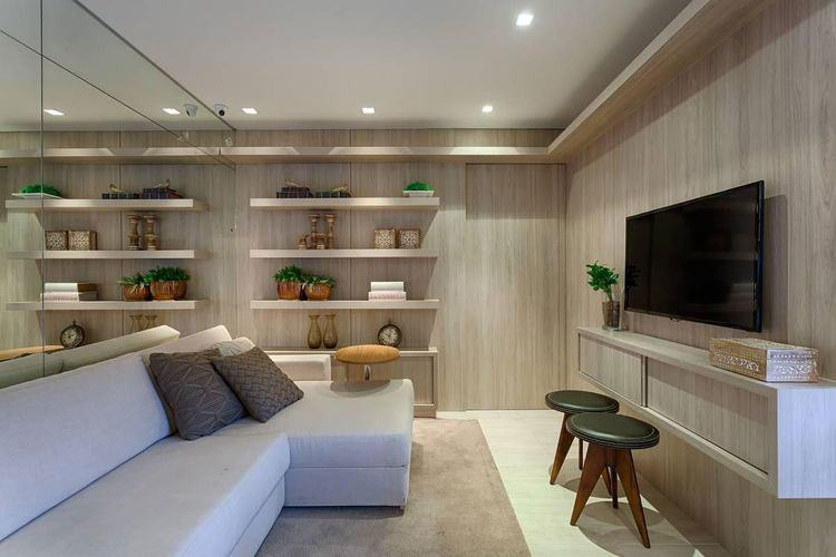 Sala de estar com painel de madeira