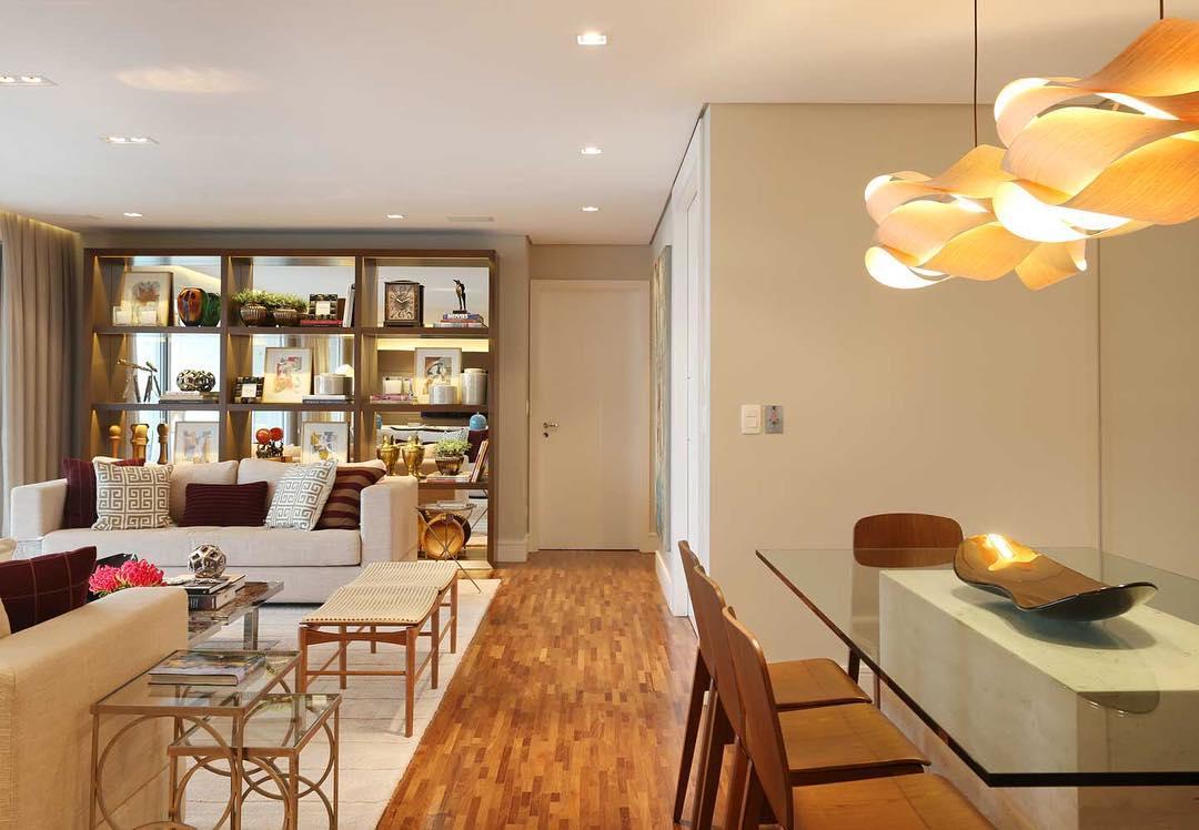Combine a parede bege com acabamentos e móveis de madeira