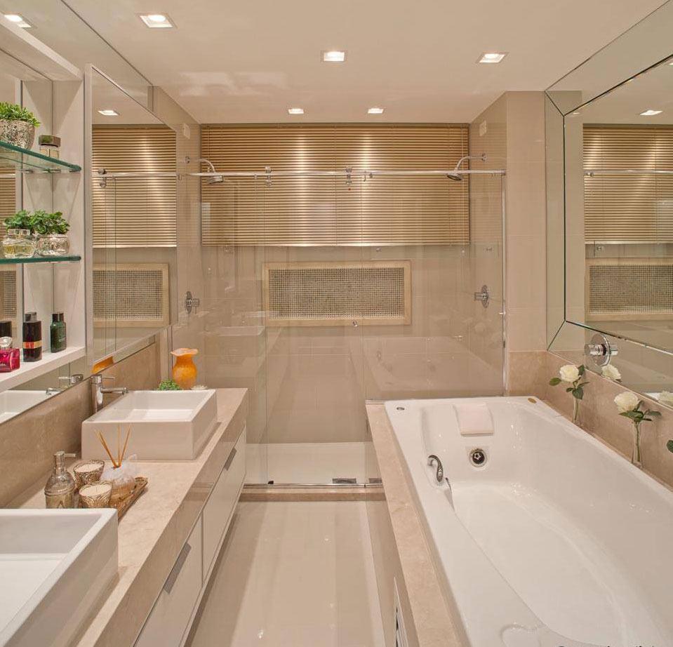 Banheiro com box e banheira em cores claras