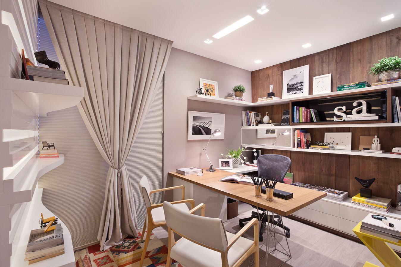 Home office com parede bege