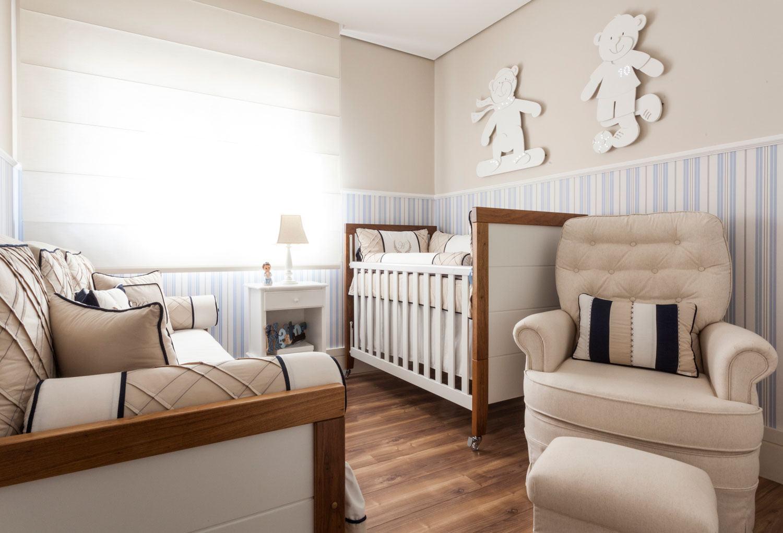 Para um quarto de bebê, mescle o clássico azul com o bege