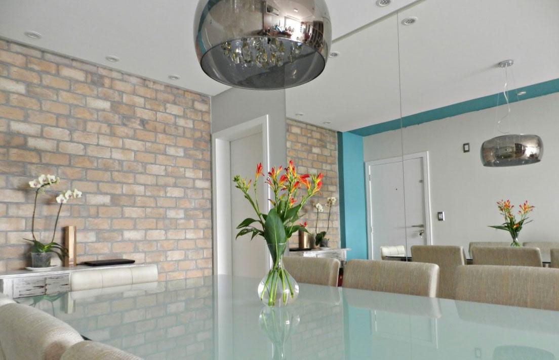 Destaque a decoração clean com cores vibrantes