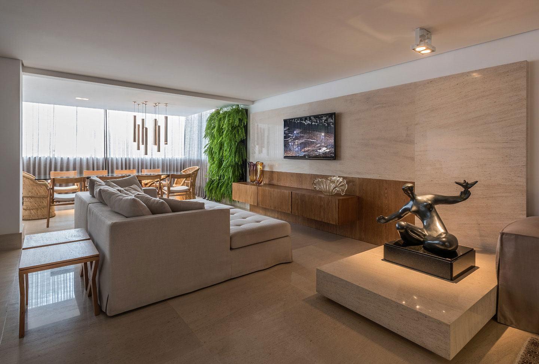 Sala de estar com painel de TV bege