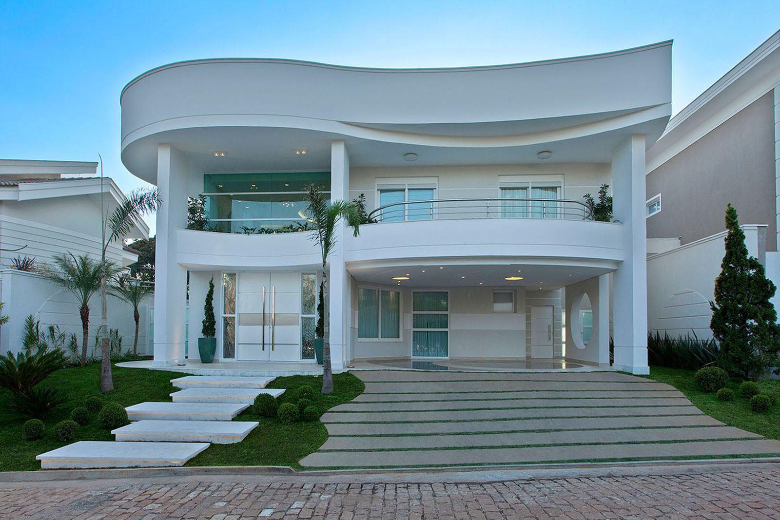 Casa com telhado embutido e platibanda branca