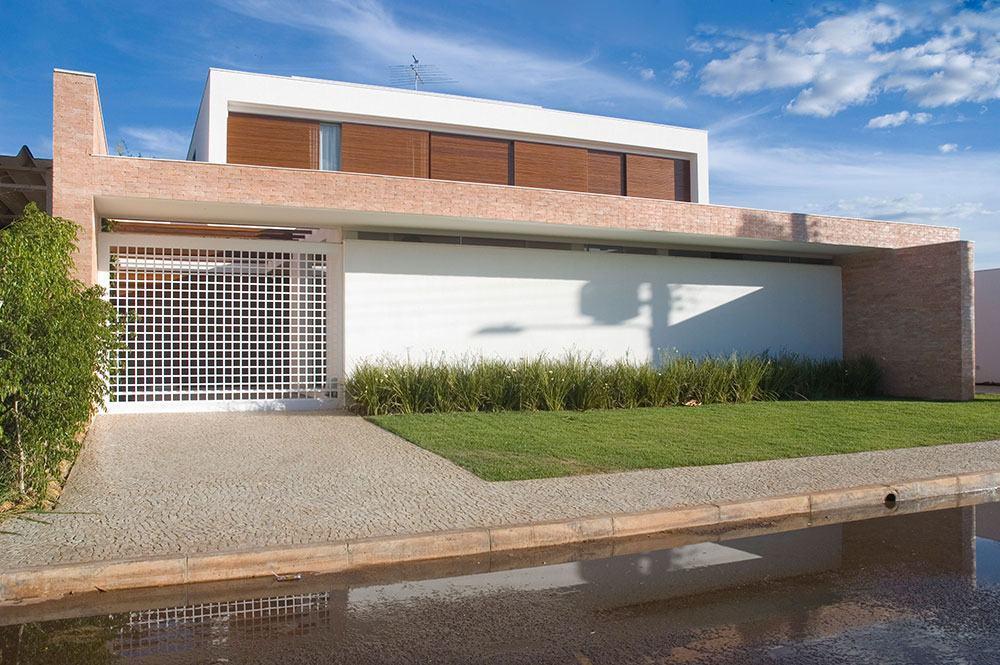 Casa moderna com janelas de madeira