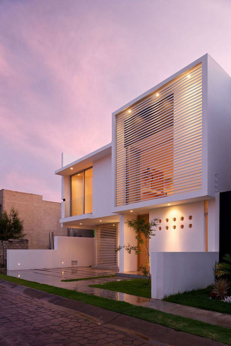 Casa com cobertura escondida / telhado embutido