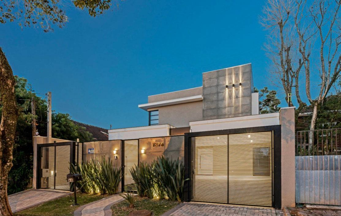 Casa com fachada moderna e telhado embutido
