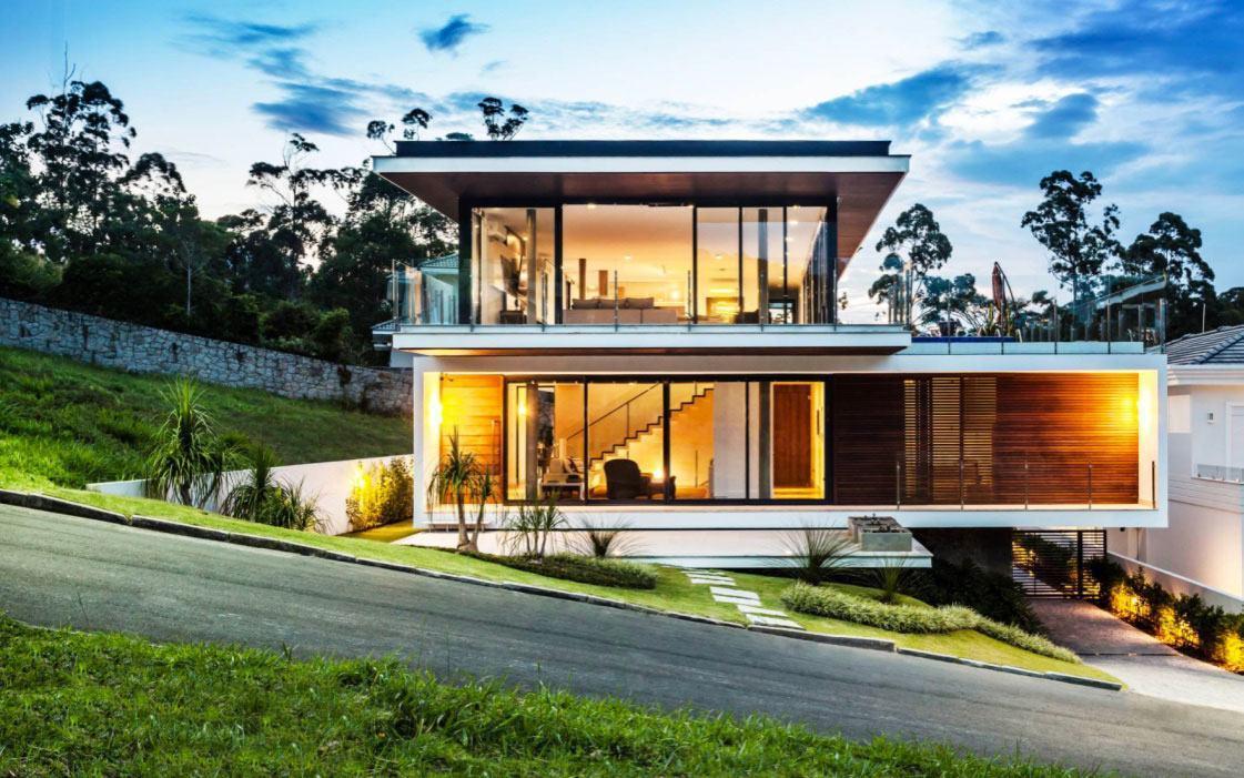 Casa com telhado em beiral