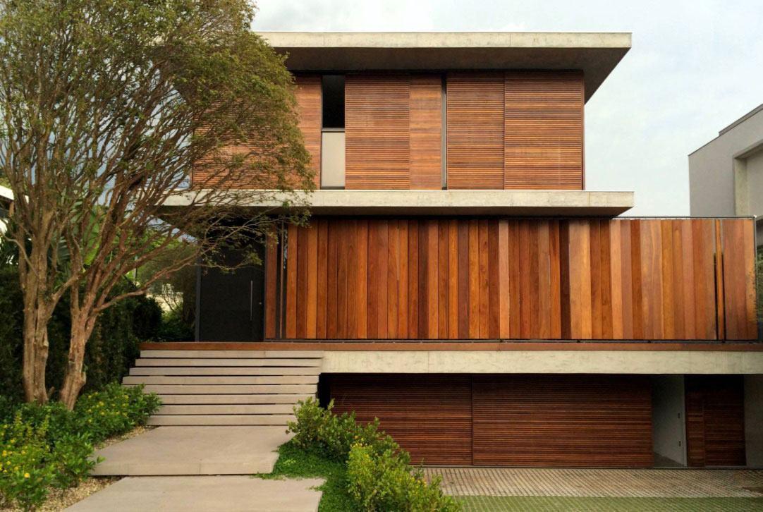 Casa moderna com detalhes em madeira