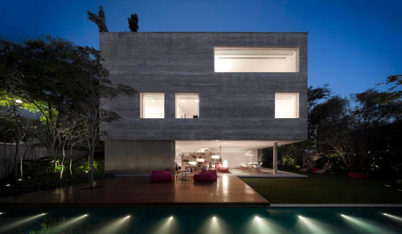 Casa com formato em cubo de concreto
