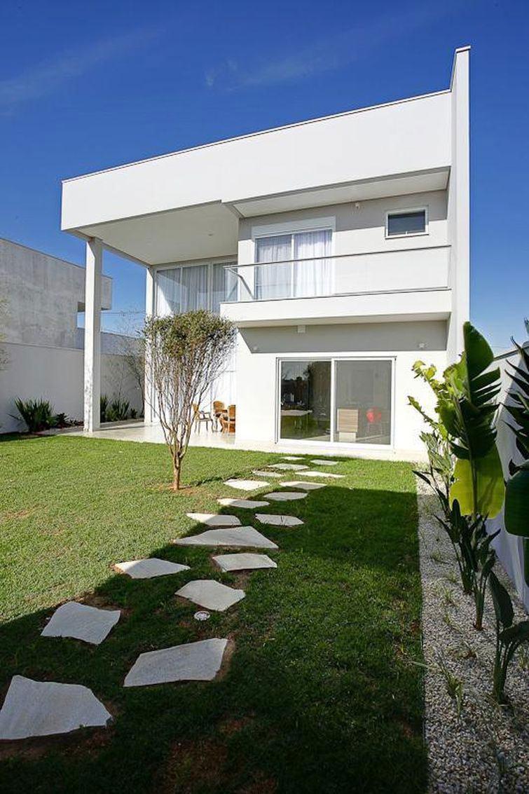 Casa com telhado embutido em beiral