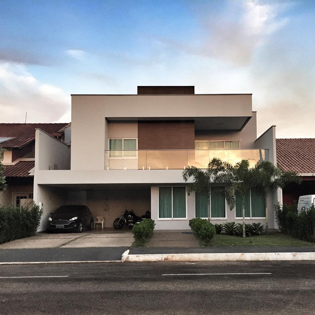Vista frontal de uma casa com cobertura em platibanda