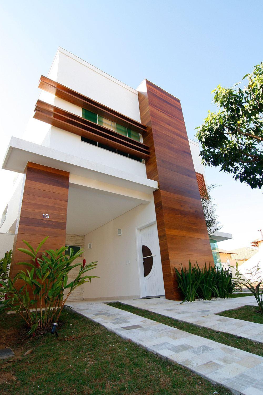 Telhado embutido e fachada com detalhes de madeira