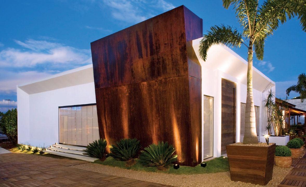 Casa com fachada em aço corten