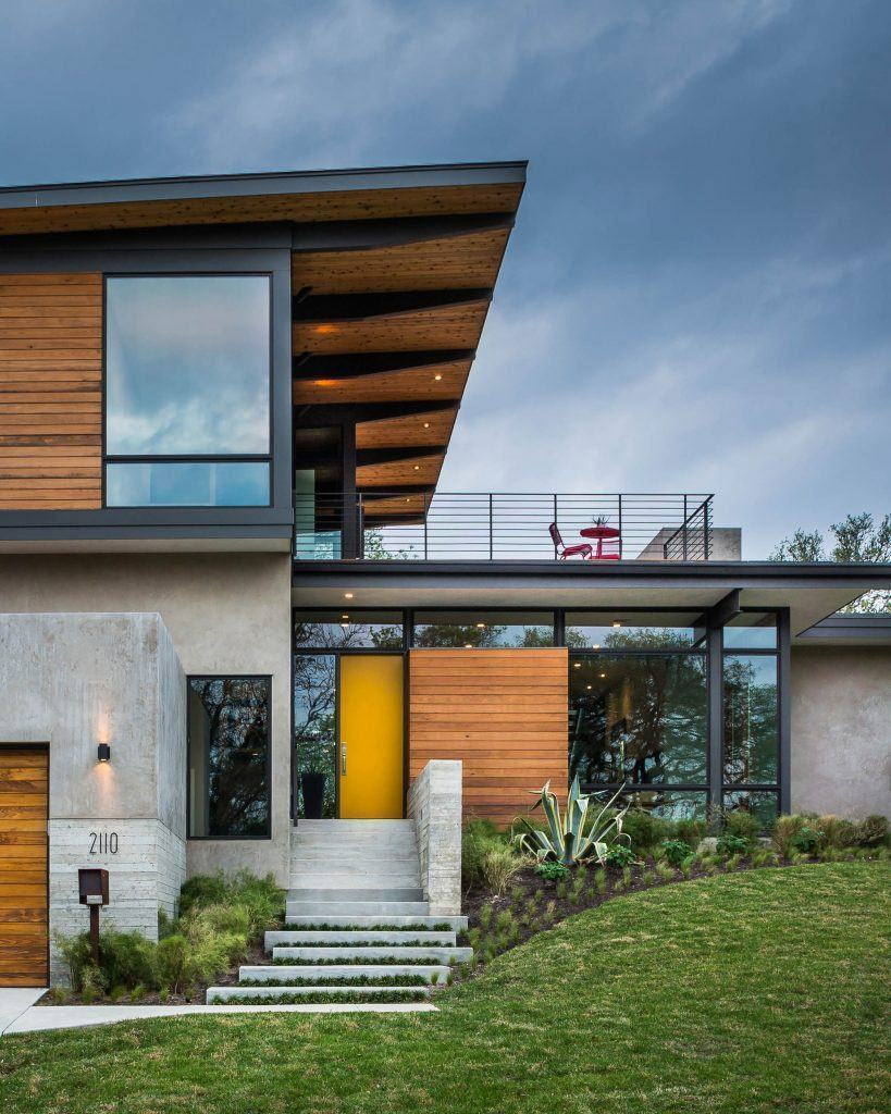 Casa com cobertura embutida de madeira e metal