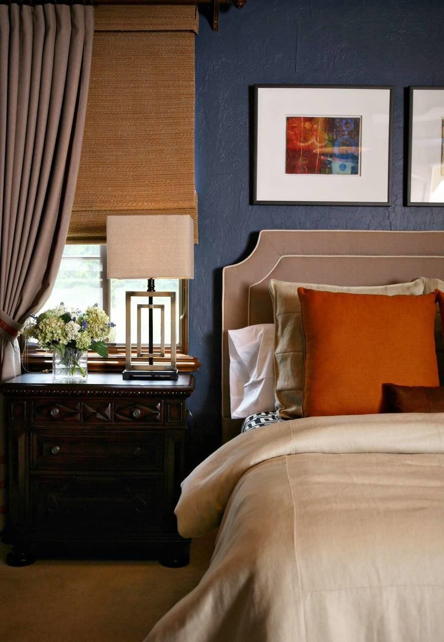 Parede azul e almofadas laranjas