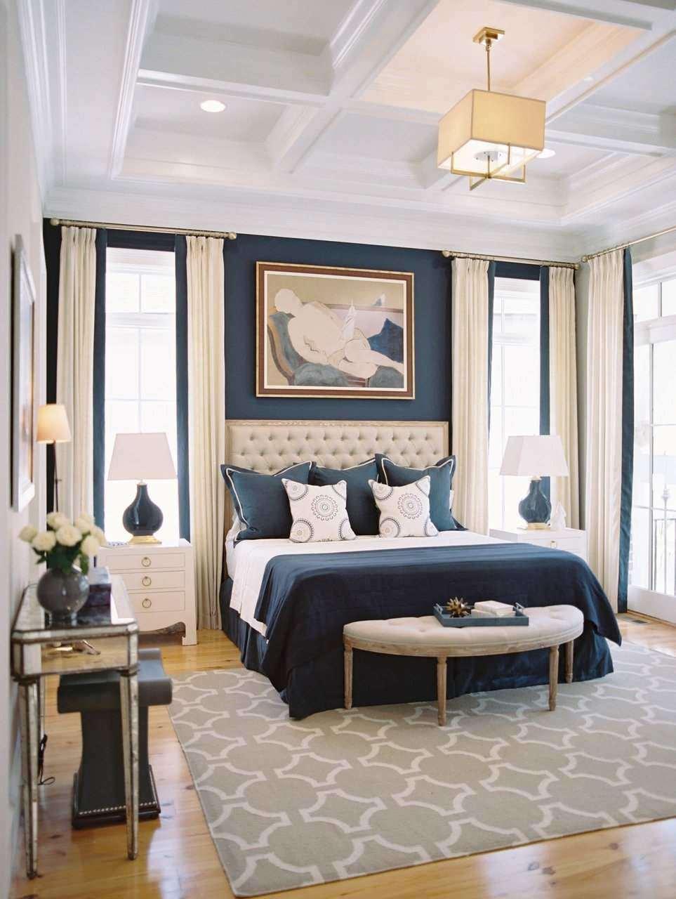 Quarto com parede azul marinho e detalhes na cor creme